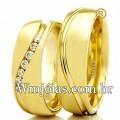 Alianças WM2316 Modelo: Aliança de noivado e casamento Material: Ouro Amarelo 18k 750 Peso: 10 gramas o par Pedra(s): 7 diamantes de 1 ponto Largura: 5.4 milímetros Formato: Anatômico Baixo Acabamento: Liso